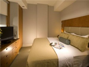 hotel-le-crystal-montreal-deluxe-bedroom-5368-100